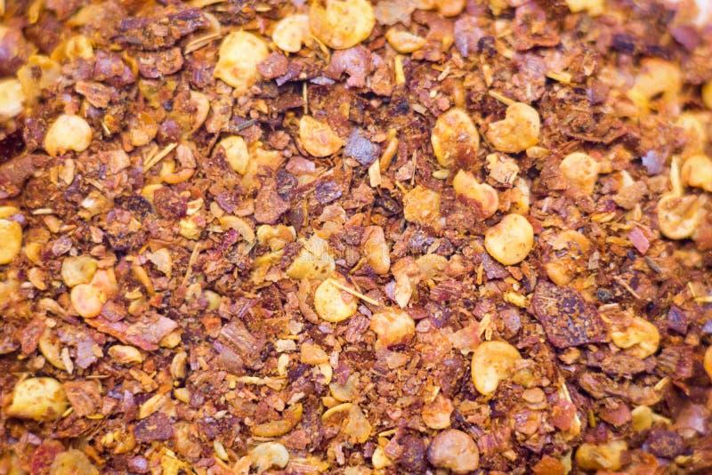 Droge die Spaanse pepervlokken en zaden op witte achtergrond worden geïsoleerd royalty-vrije stock afbeelding