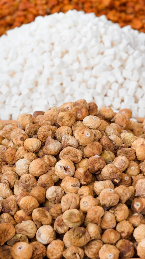 Droge ecologische vruchten voor verkoop in een markt royalty-vrije stock afbeeldingen