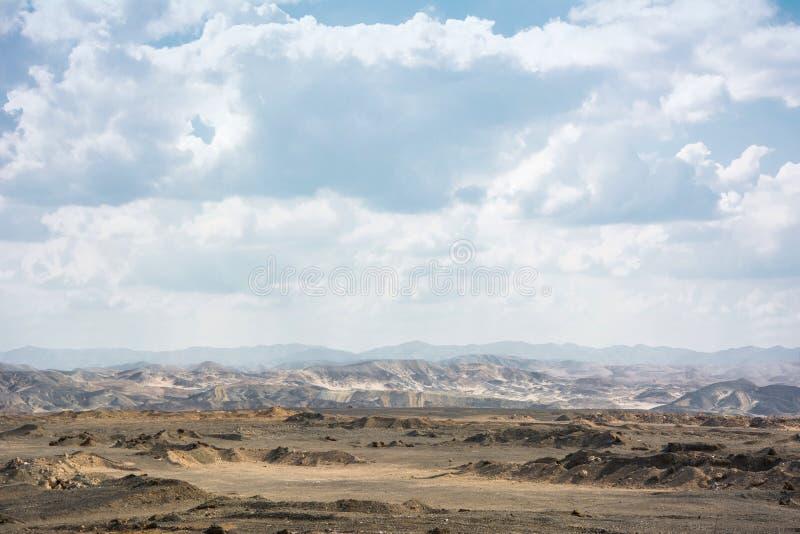Droge Egyptische woestijn onder wolken Marsbewonerlandschap royalty-vrije stock foto's