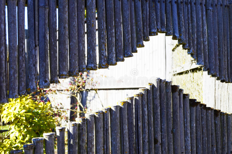 Droge grijze bamboeomheining stock afbeelding