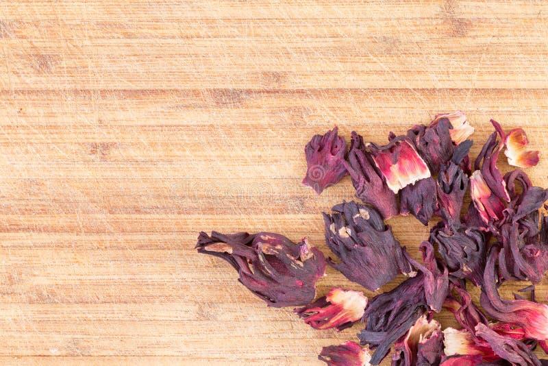 Droge hibiscuskelkbladen voor het maken van een infusie stock foto's