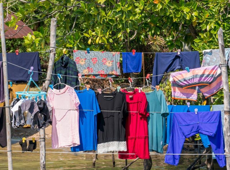 Droge kleren in de zon in vissersdorp royalty-vrije stock afbeeldingen