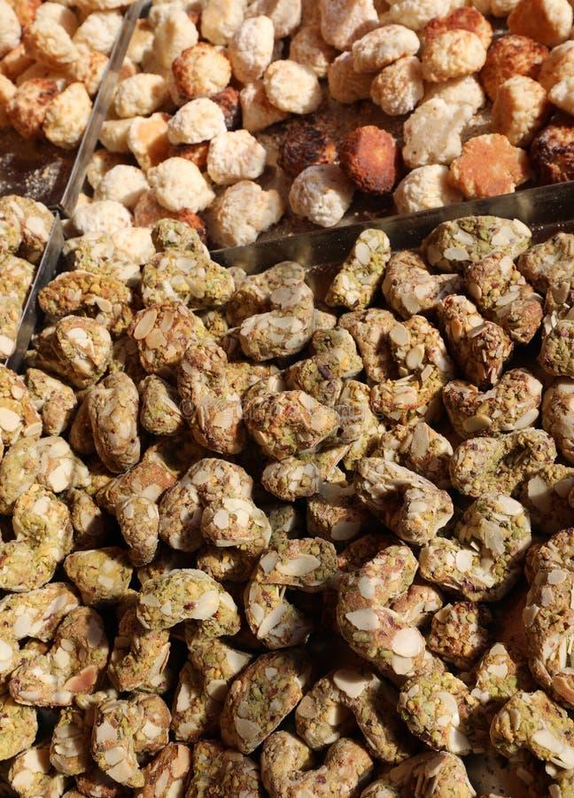 droge koekjes die met suikeramandelen en pistaches worden gemaakt voor verkoop i stock foto