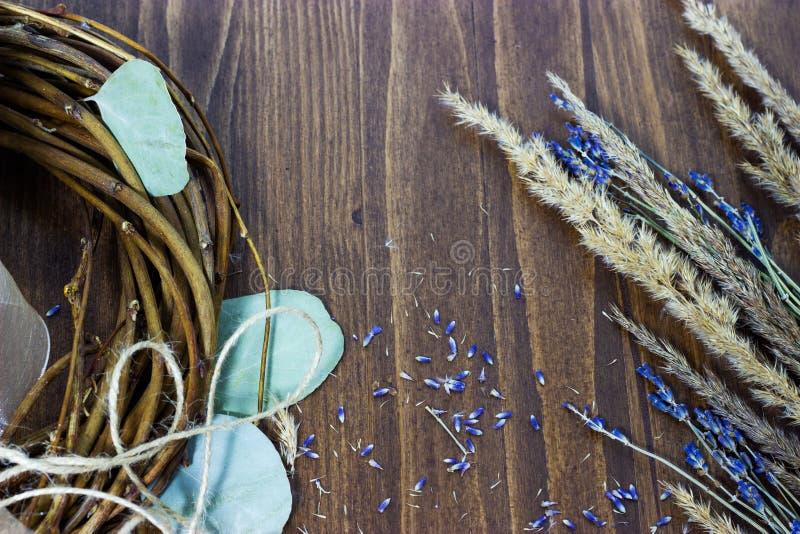 Droge lavendel, graangewassen en pruner houten oppervlakte Het opstellen van de positie Hoogste meningsmalplaatje als achtergrond stock foto