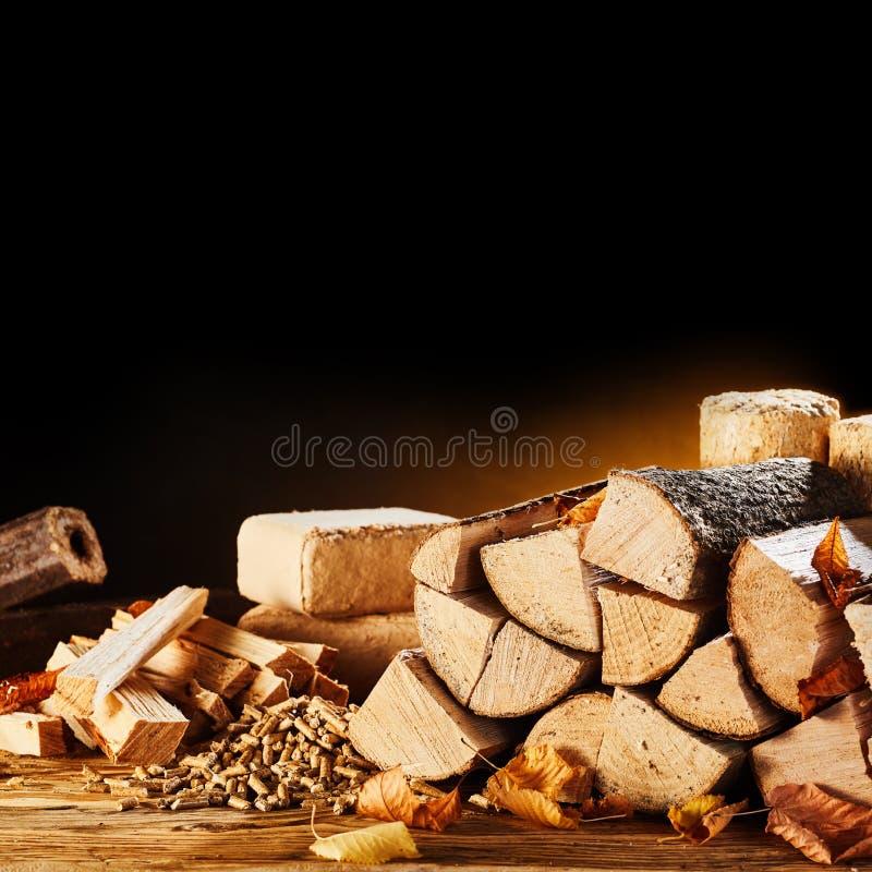 Droge logboeken, korrels en blokken van zaagsel stock afbeelding