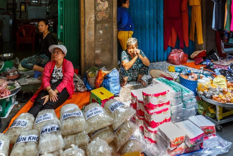 Droge noudle in de winkel, de Markt van Xom Chieu, Saigon, Zuiden van Vietnam stock afbeelding