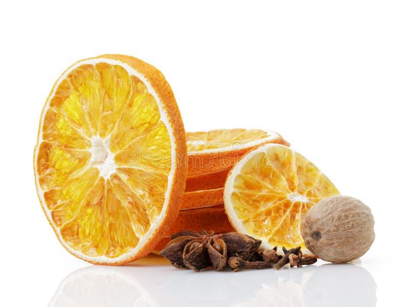 Droge oranje plakken met anijsplantster, notemuskaat en kruidnagels stock foto's