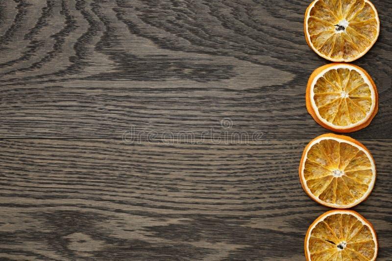Droge oranje plakken op donkere eiken lijst royalty-vrije stock afbeelding