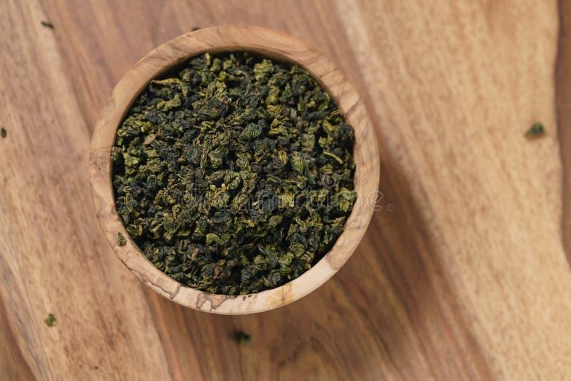 Droge organische groene oolongthee in houten kom royalty-vrije stock fotografie