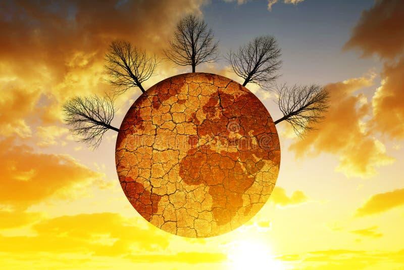 Droge planeet met gebarsten grond en onvruchtbare bomen, bij de achtergrondzonsonderganghemel stock fotografie