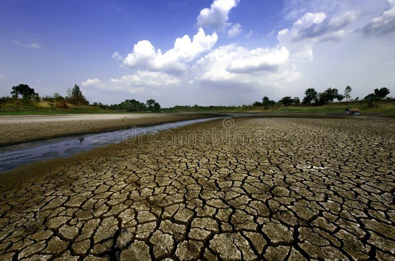 Droge rivier op droogte uitgedroogde grond en barstgrond stock foto's