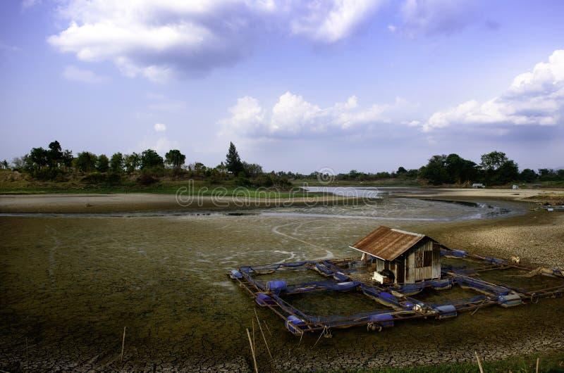 Droge rivier op droogte uitgedroogde grond en barstgrond stock afbeelding