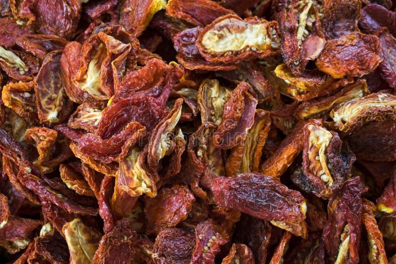 Droge rode tomaten bij een landbouwersmarkt Gezond voedsel Organische achtergrond stock afbeelding