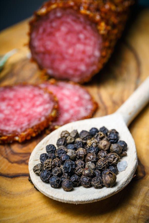 Droge salami vastgeroest in grond Spaanse peper royalty-vrije stock afbeeldingen