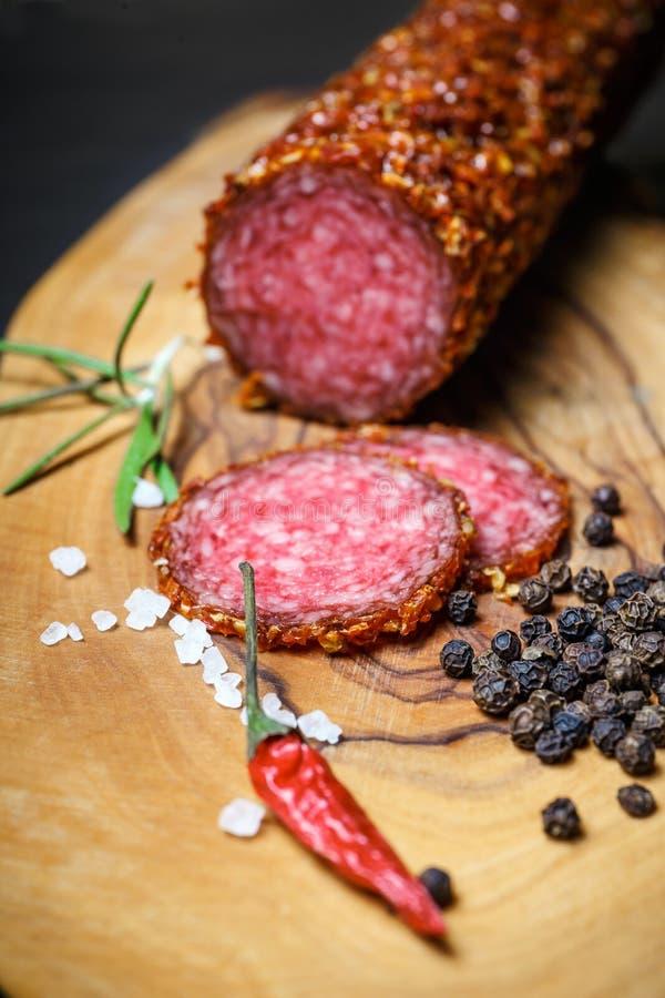 Droge salami vastgeroest in grond Spaanse peper royalty-vrije stock fotografie