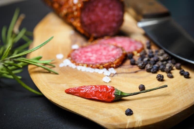 Droge salami vastgeroest in grond Spaanse peper stock foto's