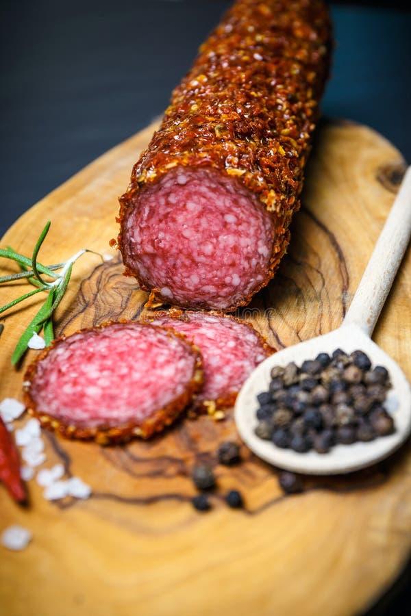 Droge salami vastgeroest in grond Spaanse peper royalty-vrije stock foto's