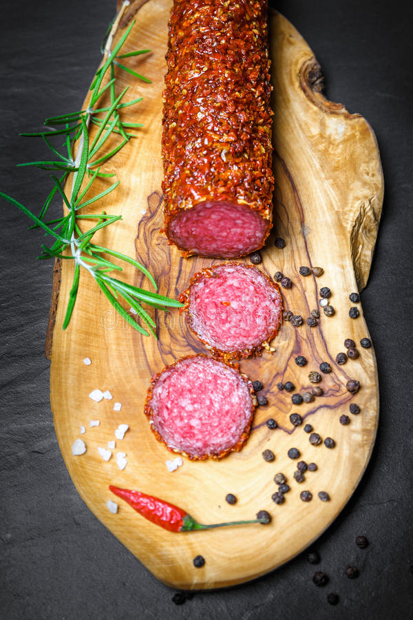 Droge salami vastgeroest in grond Spaanse peper stock afbeelding