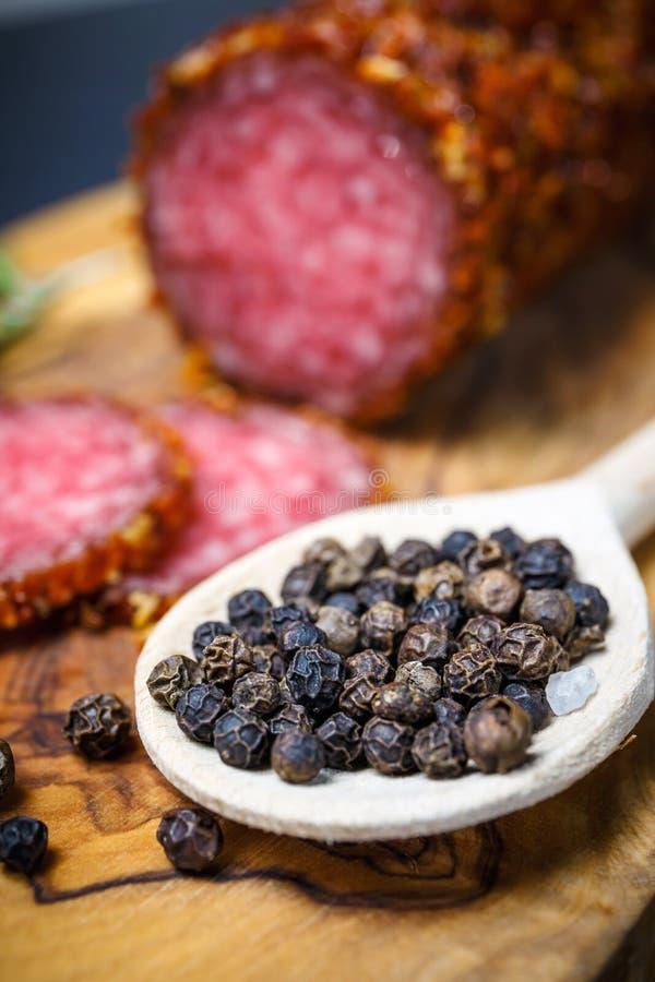Droge salami vastgeroest in grond Spaanse peper royalty-vrije stock afbeelding