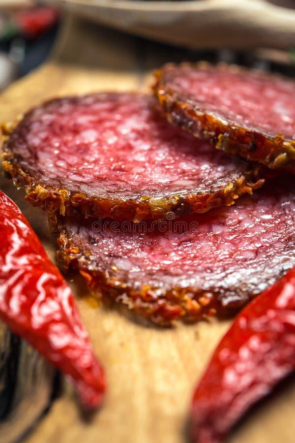 Droge salami vastgeroest in grond Spaanse peper stock fotografie