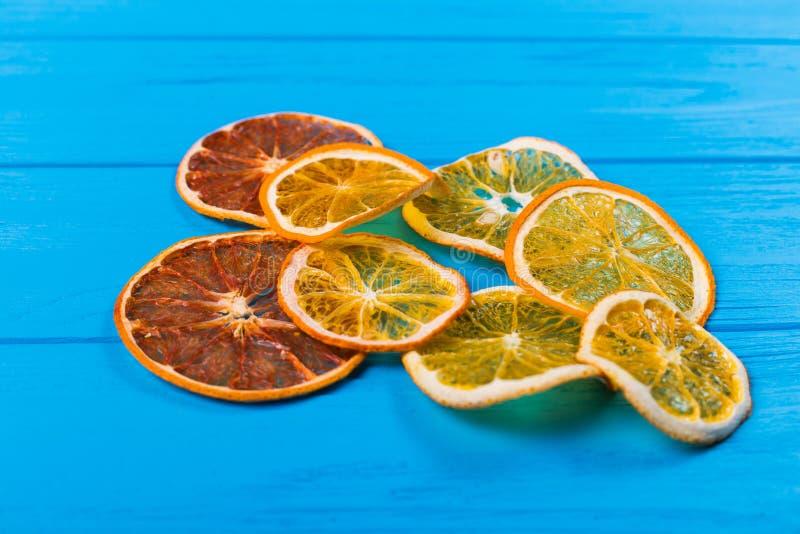 Droge sinaasappel en citroenplakken over blauwe achtergrond Hoogste mening royalty-vrije stock afbeelding