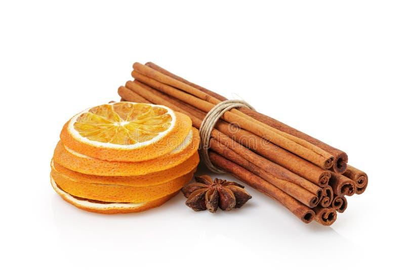 Droge sinaasappelen met geïsoleerde kaneel en anijsplant, royalty-vrije stock foto