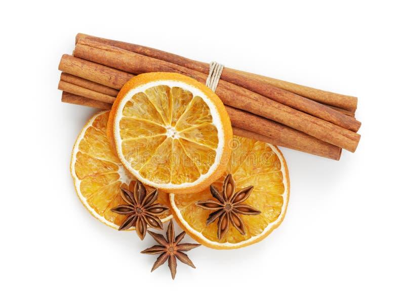 Droge sinaasappelen met kaneel en anijsplant royalty-vrije stock afbeeldingen