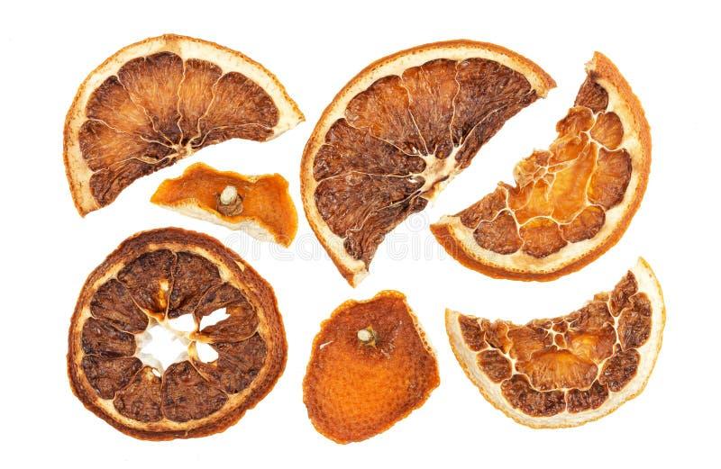 Droge sinaasappelenplakken die op witte achtergrond worden geïsoleerd stock afbeelding