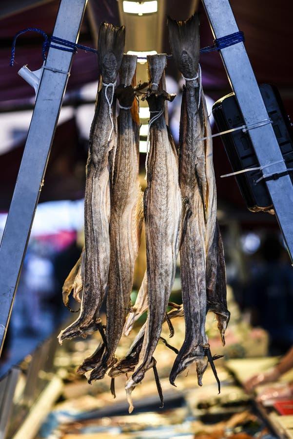 Droge vissen bij een vissenmarkt in Bergen, Noorwegen stock foto's