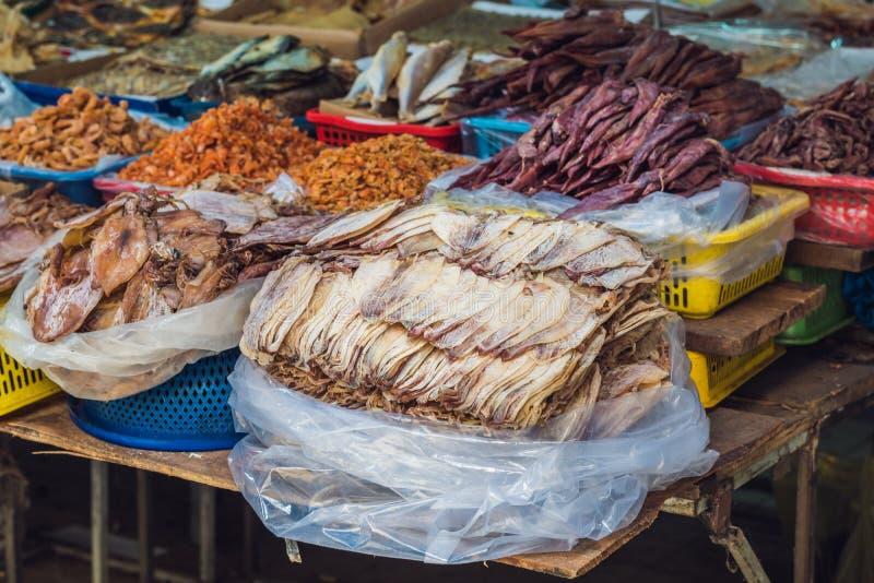 Droge vissen in de Vietnamese markt stock afbeeldingen