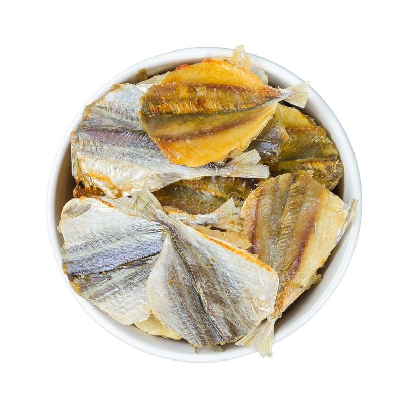 Droge vissen in een ronde plaat die op wit wordt geïsoleerd stock foto