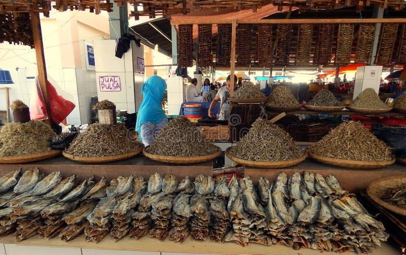 Droge vissen voor verkoop in markt stock afbeeldingen
