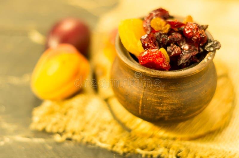 Droge vruchten in een kleipot Landelijke stijl stock foto