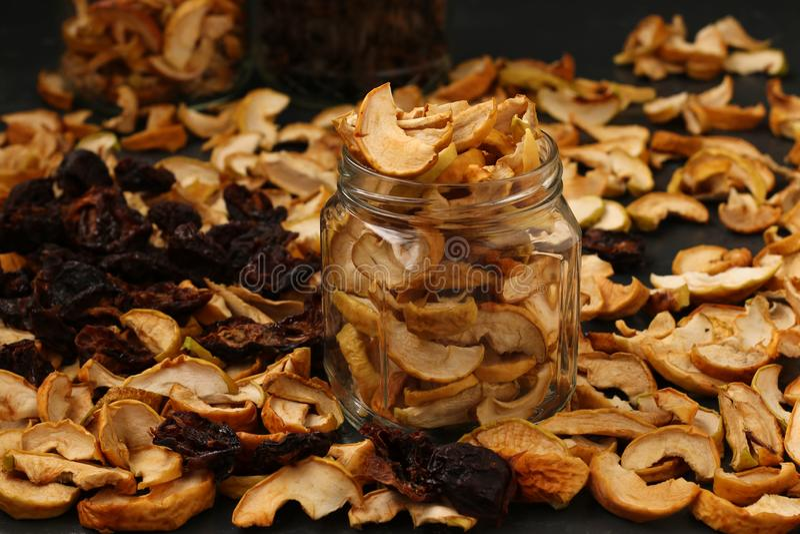 Droge vruchten in glaskruiken op donkere achtergrond royalty-vrije stock afbeelding
