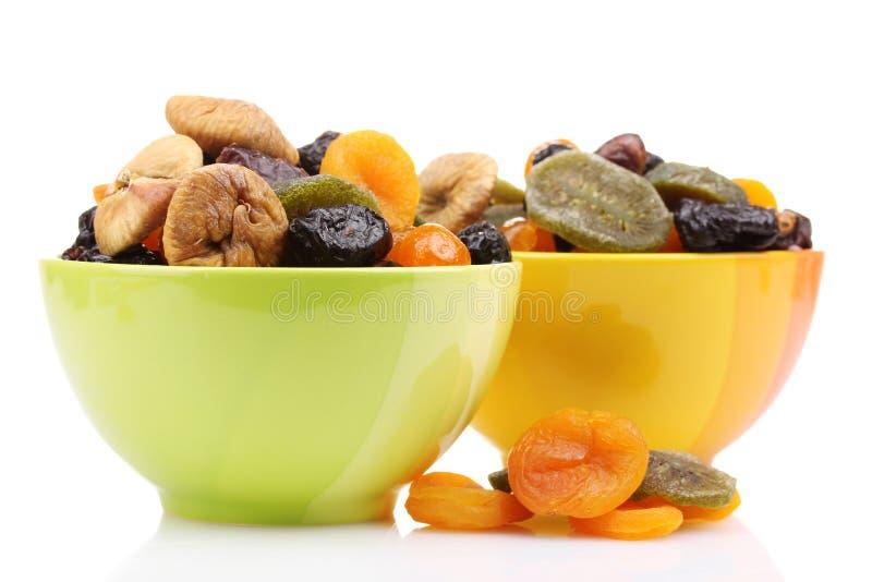 Droge vruchten in heldere kommen stock foto
