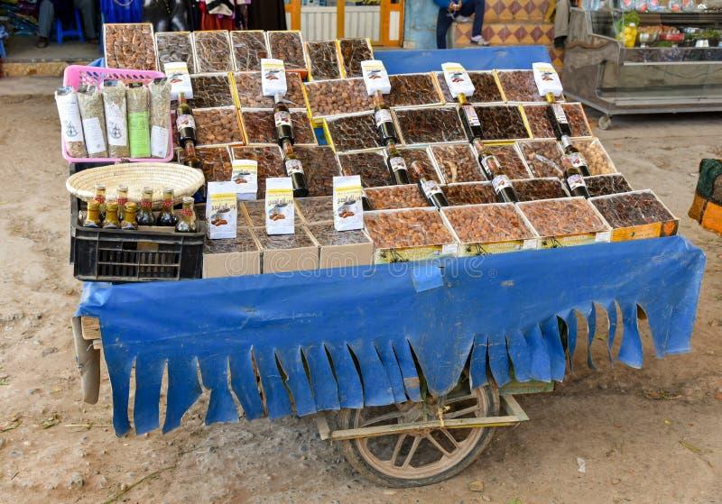 Droge vruchten, notenmarktkraam in Marrakech stock foto