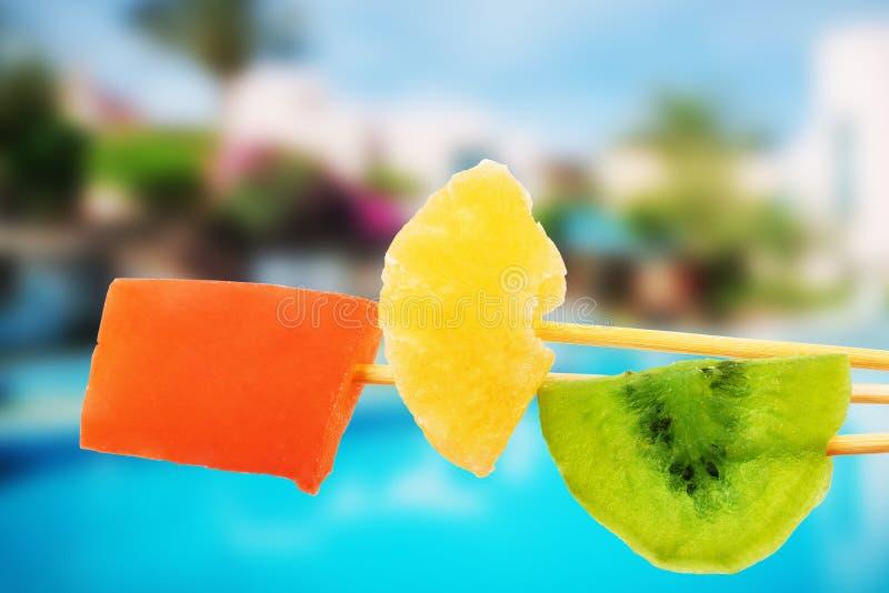 Droge vruchten tegen de achtergrond van de pool en het strand, rust royalty-vrije stock foto's