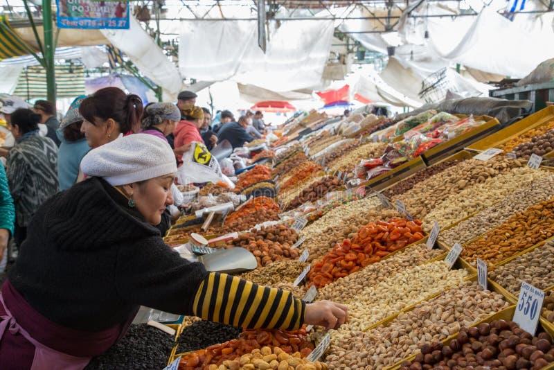 Droge vruchten verkoper bij Osh-Bazaar stock foto