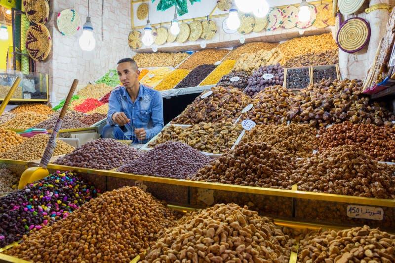 Droge vruchten verkoper Marokko stock afbeeldingen