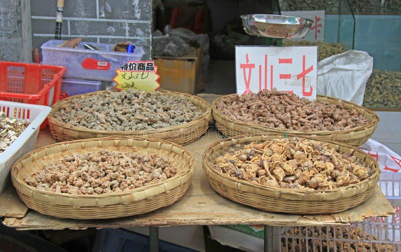 Droge wortels op de markt in Lijiang stock fotografie