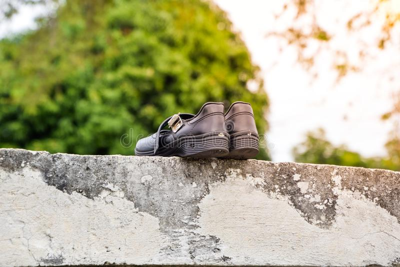 Droge zwarte studentenschoenen in de zon stock fotografie