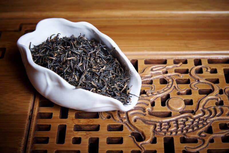 Droge zwarte thee in een witte kom royalty-vrije stock fotografie