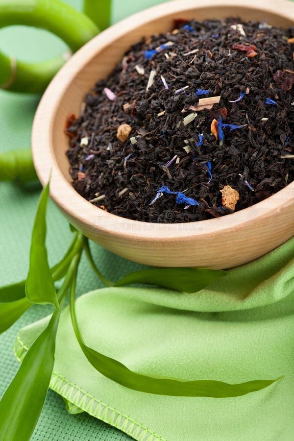 Droge zwarte thee in kom stock foto's
