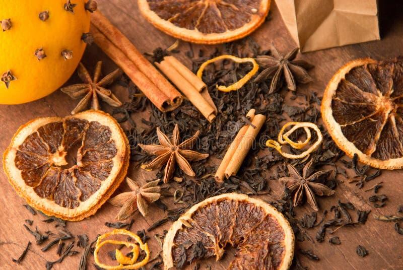 Droge zwarte thee met kaneel en sinaasappel stock foto's