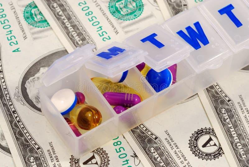 Drogehalterungen auf einigen Dollarscheinen stockfoto