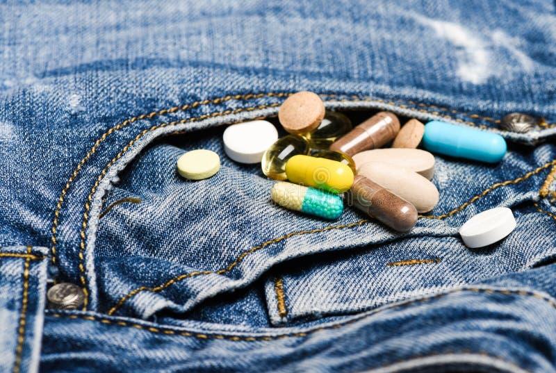 Drogen auf Denimhintergrund Mischende Medizin Schnelle Behandlung Medizinverordnung Gesundheitswesen und Krankheit Dosis und lizenzfreies stockfoto