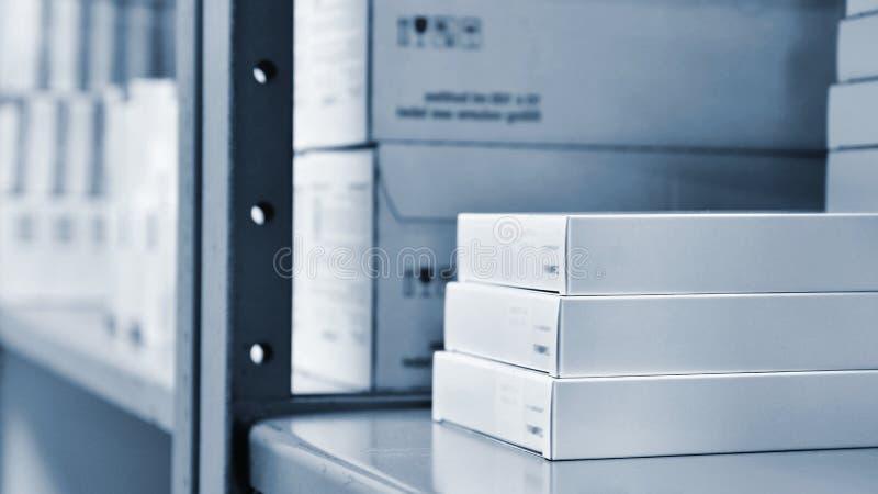 Drogen boxas i en hylla i ett apotek Lager av mediciner och vitaminer Bakgrund som är till salu i en apotek- och hälsolivsstil fotografering för bildbyråer