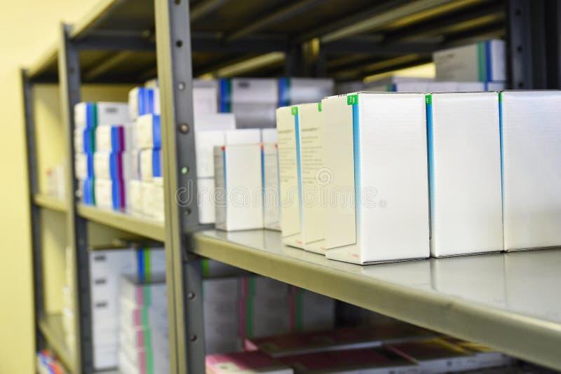 Drogen boxas i en hylla i ett apotek Lager av mediciner och vitaminer Bakgrund som är till salu i en apotek- och hälsolivsstil royaltyfria bilder