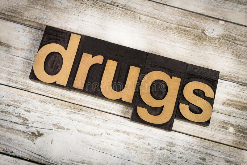 Drogen-Briefbeschwerer-Wort auf hölzernem Hintergrund stockfoto