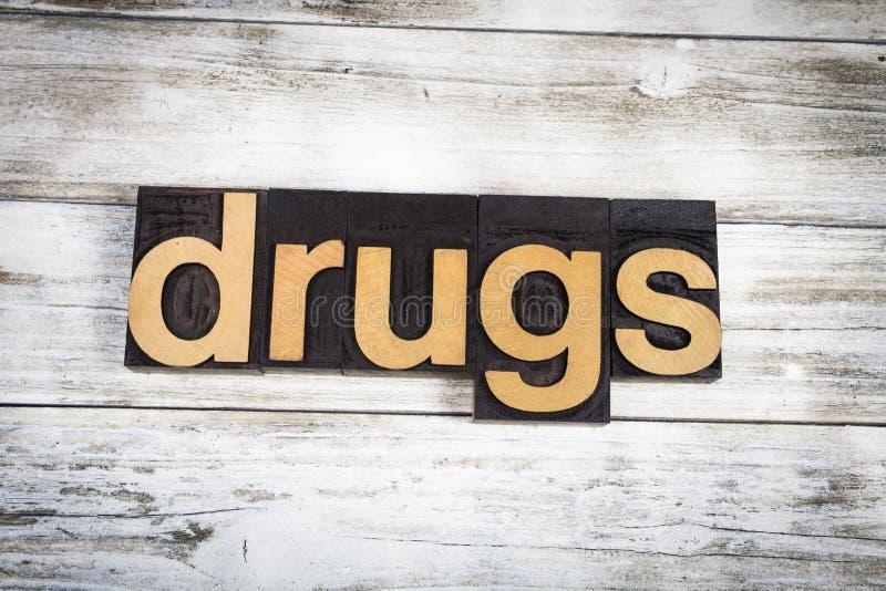 Drogen-Briefbeschwerer-Wort auf hölzernem Hintergrund stockbilder